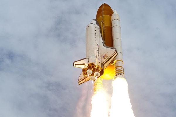 هل يمكن للصواريخ أن تتسارع في الفضاء الخالي من المادة ؟