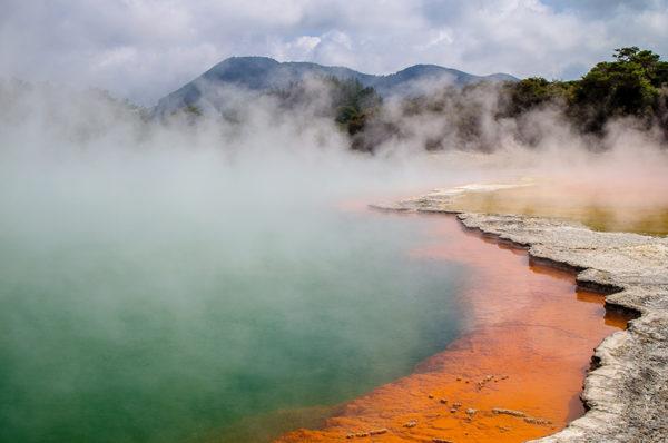 لماذا يتبخر الماء عند جميع درجات الحرارة وليس فقط عند 100 درجة سيليسيوس ؟