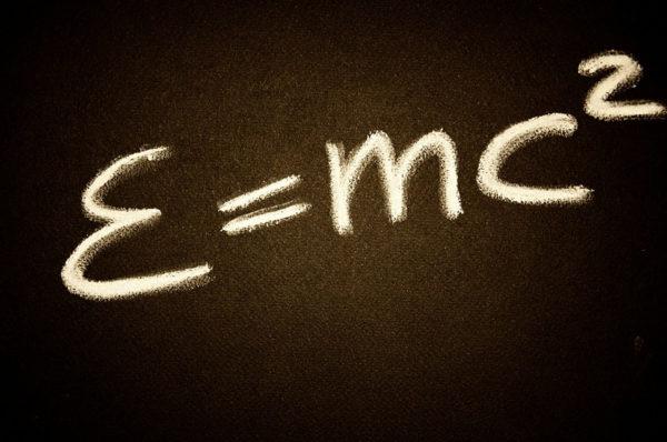 يمكننا أن نبرهن على العلاقة الشهيرة لأينشتاين ξ = m₀.C² باستعمال القوانين الكهرومغناطيسية و قوانين نيوتن فقط !
