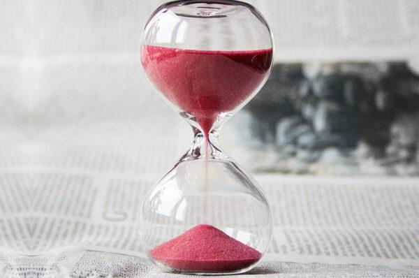 قابلية رجوع الظواهر الطبيعية عكس الزمن