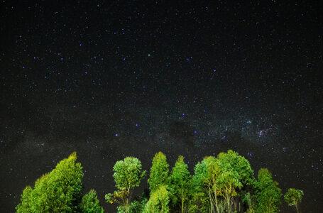 الكون بين السكون والتمدد ومعضلة ظلام الفضاء الكوني: بين العلم والتفسيرات الميتافيزيقية!