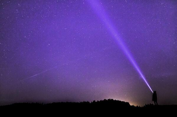 أغرب من الخيال: ماذا سيحدث إذا كانت سرعة الضوء هي فقط  100m/s ؟ عدم تزامن الأحداث في النسبية الخاصة.